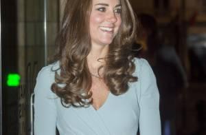 Kate Middleton faz segunda aparição do dia e exibe barriga de gravidez discreta