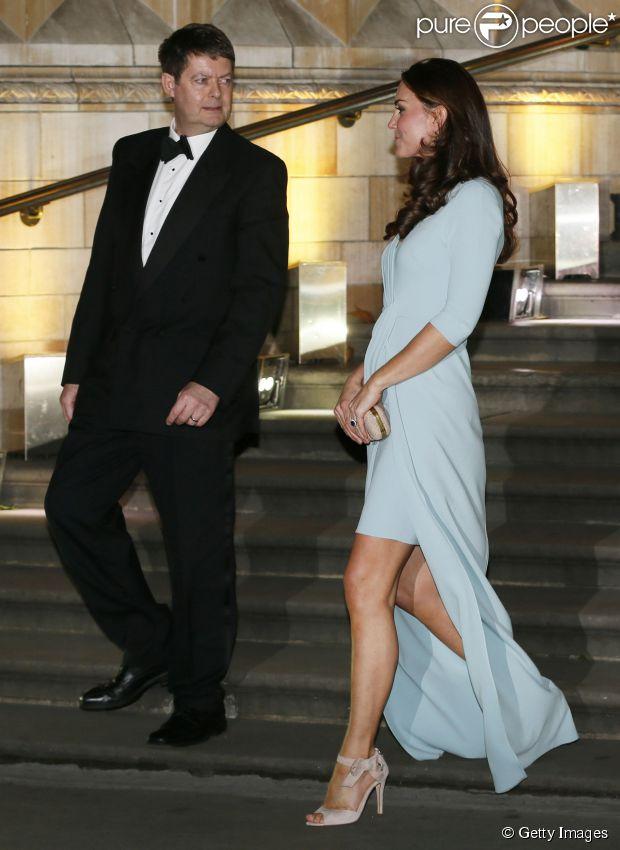 Kate Middleton, exibe barriginha de gravidez ainda discreta para prestigiar evento de gala no Natural History Museum de Londres na noite desta terça-feira, 21 de outubro de 2014