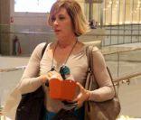 Claudia Raia é flagrada elegante comendo pipoca durante passeio em shopping