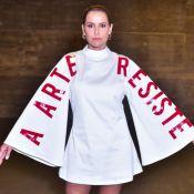 Deborah Secco protesta com look no Verão Sem Censura: 'Arte é resistência'