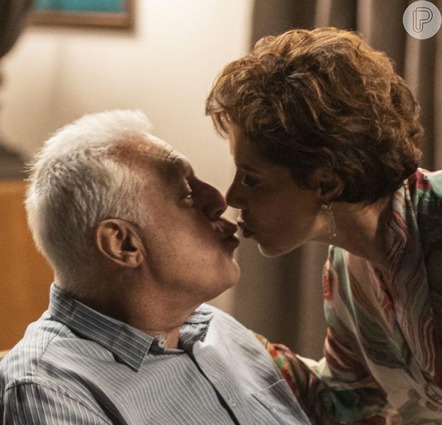 No penúltimo capítulo da novela 'Bom Sucesso', Alberto (Antonio Fagundes) se declara a Vera (Ângela Vieira) antes de morrer