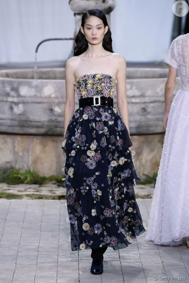 Desfile Chanel de alta-costura: vestido com aplicação de flores é tendência