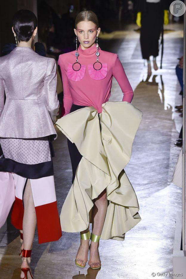 Moda Valentino tem vestido sereia, saia A, babados, poás e mais trends