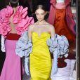 Moda Valentino: vestido-sereia, ombros de fora e babados por toda parte