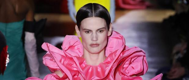 Nada de minimalismo! Maison Valentino traz babados, saias e laços em versão maxi