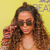 Anitta aponta marcas nas pernas em look para ensaio de bloco: 'De andar de ski'