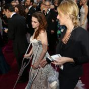 Oscar 2013: Kristen Stewart chega de muletas após se cortar com cacos de vidro
