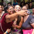 Paolla Oliveira posou com fãs no Bloco da Favorita, em São Paulo
