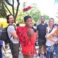 Érika Januza  usou fantasia sexy de cupido em bloco de rua em SP