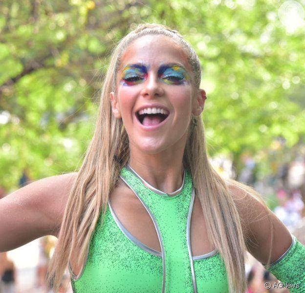 Isabella Santoni usou look neon futurístico em bloco de Carnaval neste sábado, 15 de fevereiro de 2020