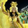 Corpo de Paolla Oliveira é destaque com a fantasia dourada e com detalhes em pedras e metais
