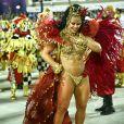 Viviane Araujo, rainha de bateria do Salgueiro, desfilou exuberante com uma fantasia dourada e vermelha fazendo referência a uma cigana