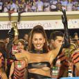 Deborah Secco acompanhou os desfiles nas frisas da Sapucaí
