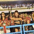 Deborah Secco se divertiu na Sapucaí com look com transparência