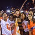 Deborah Secco posou com fãs na Sapucaí antes de os desfiles começarem