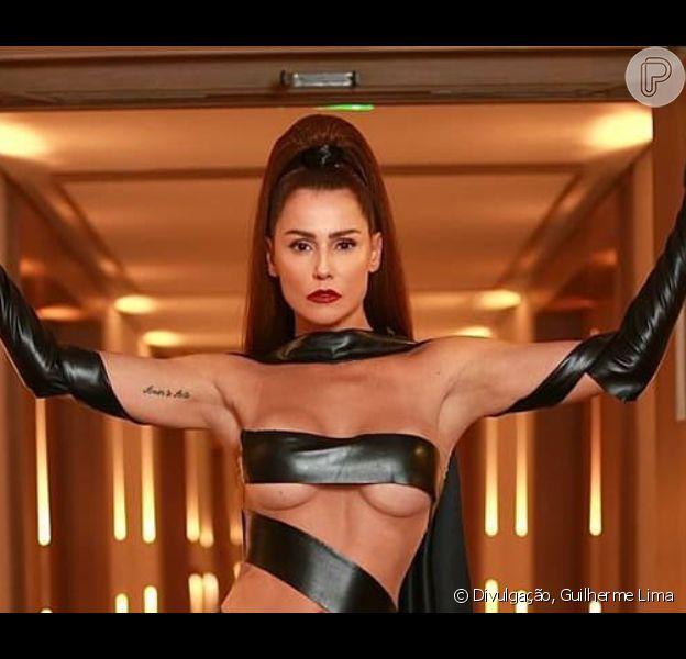Diva darkness: Deborah Secco aposta em look preto com transparência. Veja fotos da atriz nesta segunda-feira, dia 24 de fevereiro de 2020