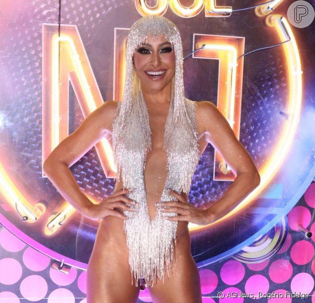Sabrina Sato esbanja simpatia e sensualidade com look de carnaval, em camarote da Sapucaí, em 24 de fevereiro de 2020.