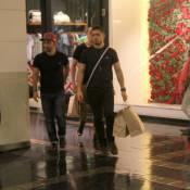 Daniel Rocha, da novela 'Império', renova seu guarda-roupas em ida a shopping