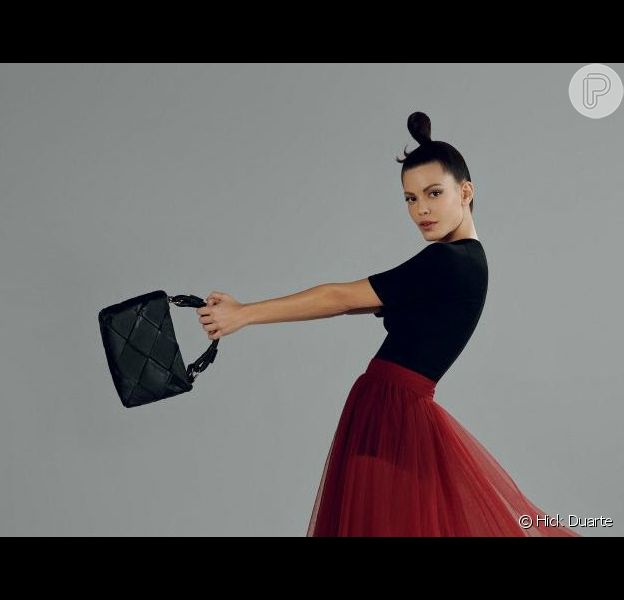Em campanha para a Arezzo, a atriz Vitória Strada mostra que a bolsa tramada está com tudo no outono/inverno