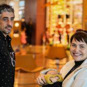 Letícia Colin ganha companhia do filho ao ver reestreia da novela 'Novo Mundo'