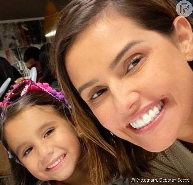 Deborah Secco foi maquiada pela filha, Maria Flor, nesta quinta-feira, 2 de abril de 2020