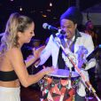 Claudia Leitte deu um show de sensualidade no palco do Terminal Náutico de Salvador na noite de sábado, 25 de outubro de 2014. Na plateia, o filho caçula da cantora, Rafael, curtiu a apresentação da mamãe famosa