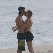 Kayky Brito, de 'Alto Astral', troca beijos com a namorada em praia do Rio