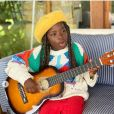 Filha mais velha de Giovanna Ewbank, Títi apareceu em foto com um violão na mão e look estiloso