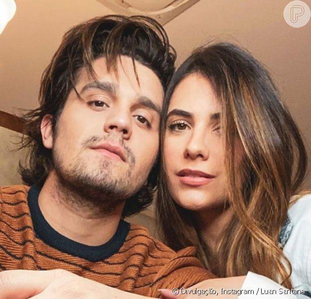 Luan Santana teve os cabelos cortados pela noiva, Jade Magalhães, em 25 de abril de 2020