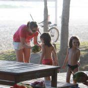 Bianca Rinaldi brinca com as filhas gêmeas em tarde de praia, no Rio