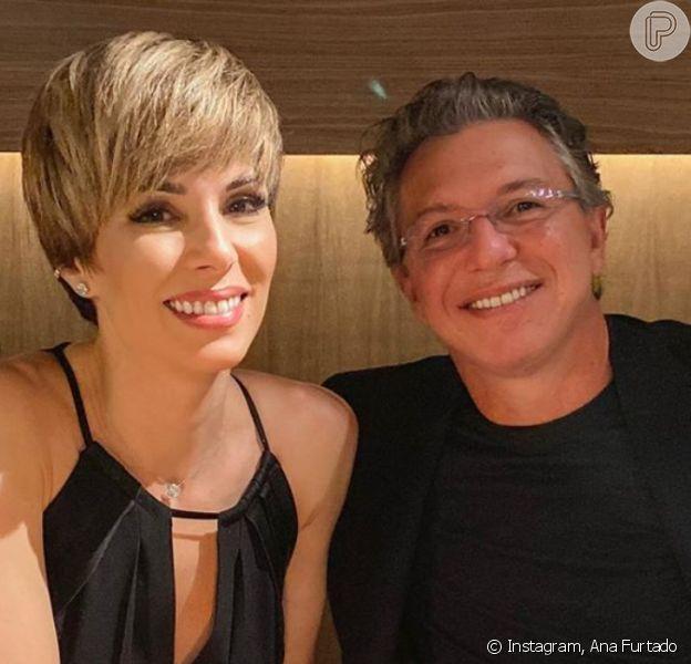 Boninho zoou a mulher, Ana Furtado, ao filmá-la limpando a casa nessa quarentena: 'Tem um pózinho ali'