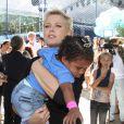 Xuxa Meneghel brinca com criança nos 25 anos da sua fundação