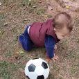 Filho de Patricia Abravanel, Senor já leva adptidão para o futebol