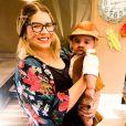 Léo, de 6 meses, se vestiu de caipira junto com a mãe, Mendonça Mendonça
