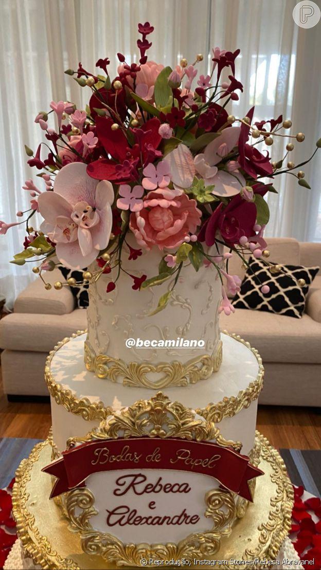 Rebeca Abravanel mostra detalhes do bolo da comemoração pelo primeiro ano de casamento