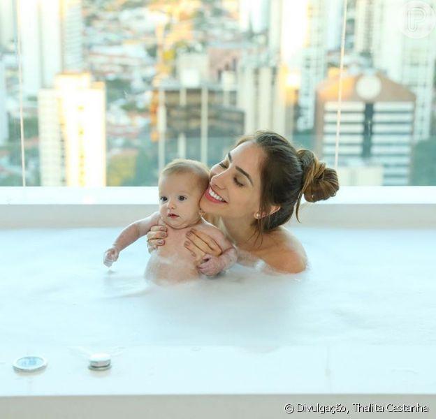 Romana Novais participa de 1ª aula de natação do filho, Ravi: 'Peixinho'. Confira vídeo postado nesta sexta-feira, dia 24 de julho de 2020