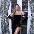 Anitta filmou Lucas Omulek, apontado como affair elogiando um look antigo seu: 'O vestido preto! Meu Deus!'