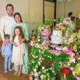 Simaria e o marido, Vicente, posam com os filhos Giovanna e Pawel