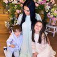 Simaria posa com os filhos Giovanna e Pawel em festa