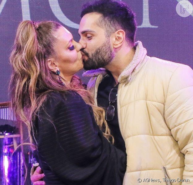 Simony troca beijos e carinhos com o namorado, o sertanejo Felipe Rodriguez, em sua 3ª live show