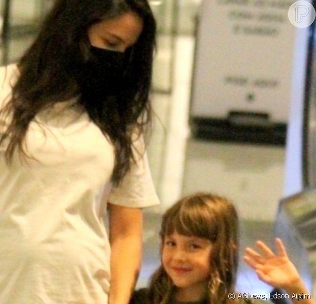 Na 3ª gravidez, Kyra Gracie teve noite de compras com a família e a filha mais velha, Ayra, de 5 anos, roubou a cena ao acenar para o fotógrafo
