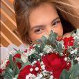 Gabi Brandt é surpreendida com buquê de flores dado por Saulo Poncio