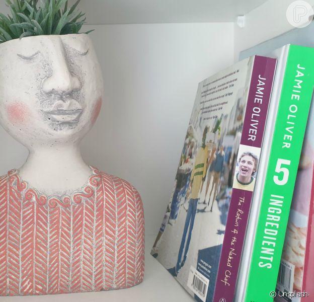 Os livros são versáteis e podem deixar a decoração mais bonita