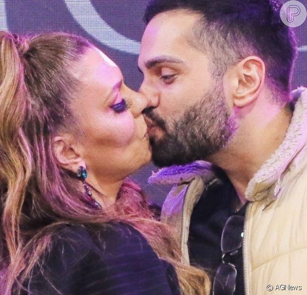 Simony viajou para comemorar aniversário de namoro com o cantor Felipe Rodriguez
