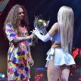 Luísa Sonza ganhou flores, mas evitou beijo em Vitão, no palco do MTV Miaw 2020