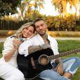Lucas Lucco e Lorena Carvalho tomam banho de água azul para descobrir sexo do bebê