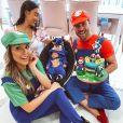 Filho de Flávia Viana e Marcelo Zangrandi ganhou fantasia de Sonic e os pais se vestiram de Luigi e Mario Bross na festa intimista de 1 mês do menino