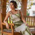 Ex-BBB Munik Nunes usa vestido  longo com estampa de folha de bananeira, em design exclusivo e feito à mão