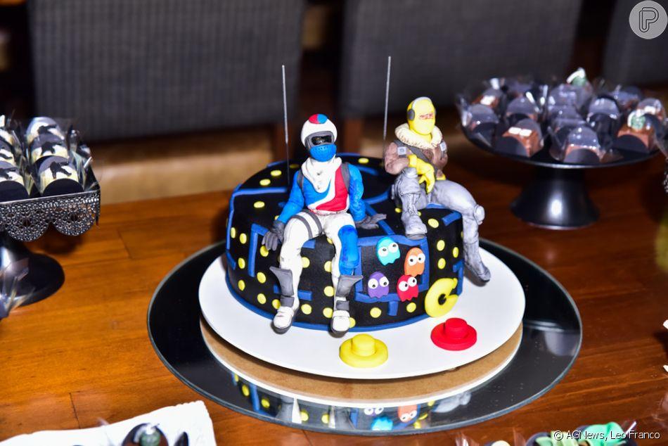 Detalhe do bolo da festa de 15 anos dos filhos gêmeos de Val Marchiori, Eike e Victor