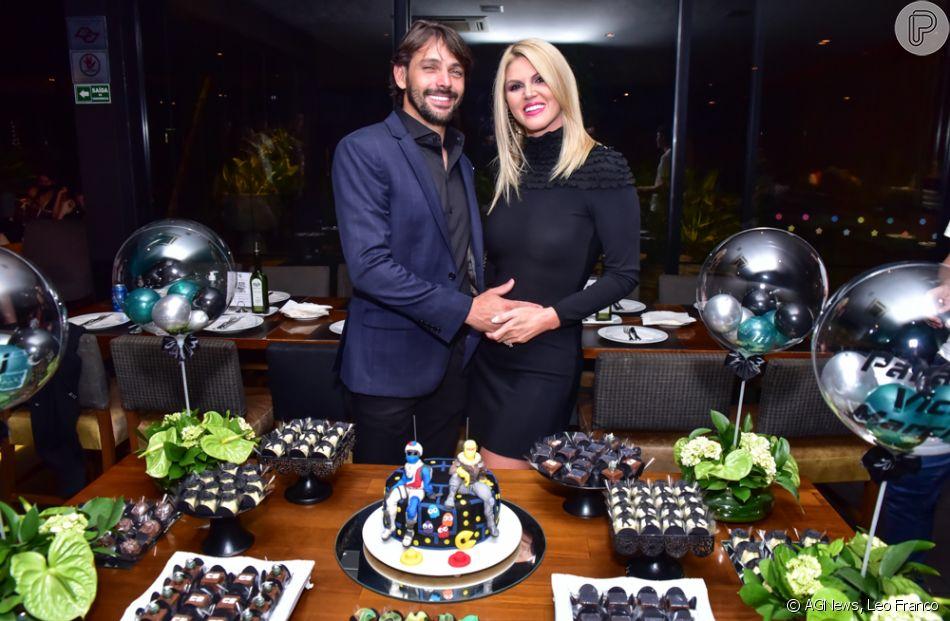 Val Marchiori posou com o noivo, Thiago Castilho, na festa de 15 anos dos filhos gêmeos, Eike e Victor